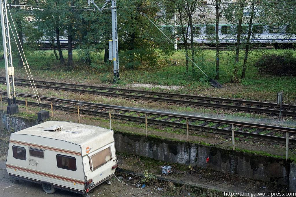 Nie wiem czy na pierwszy rzut oka dostrzeżecie relację między starą przyczepą kempingową, a przejeżdżającym w tle pociągiem.
