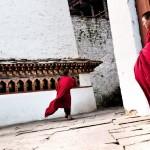 Zabawy mnichow w Dzongu Rinpung